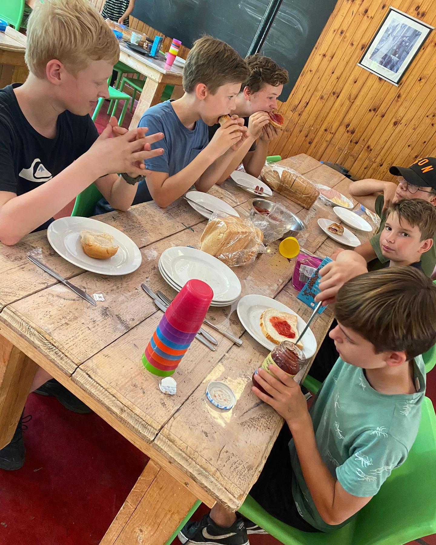 Dinner-time @ kampklastwee 🍽 #leuksteschool #ashramcollege #nieuwkoop