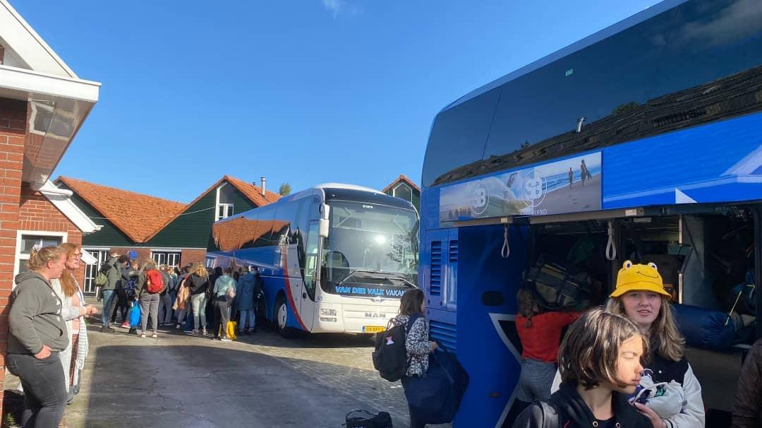 On the road again. Naar verwachting komen de brugklassers tegen vieren weer bij school aan. #reisweek2021 #brugklaskamp