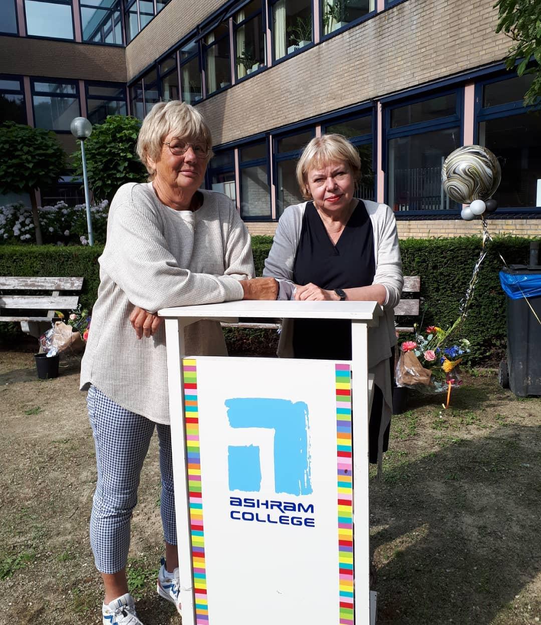 Daar staan ze: twee kersverse pensionada's! Daar gaan ze: Yvonne en Sylvia. Dank voor jullie jarenlange inzet voor onze school maar vooral voor jullie goede zorgen voor onze leerlingen. Het ga jullie goed, geniet van het pensioen! #alphenaandenrijn #hartvoordeleerling #bedankt